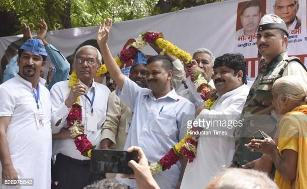 Members of Akhil Bhartiya Manab Nyay Samiti felicitate Delhi Chief Minister Arvind Kejriwal during a Kirayedar Swabhimaan Bacho Mahasabha to press...