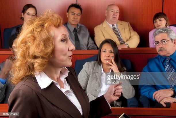 Diversos membros do júri ouvir um advogado na Sala de Tribunal