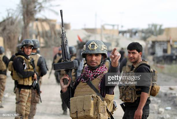 TOPSHOT Members of Iraq's elite counterterrorism service secure on December 27 2015 the Hoz neighbourhood in central Ramadi the capital of Iraq's...