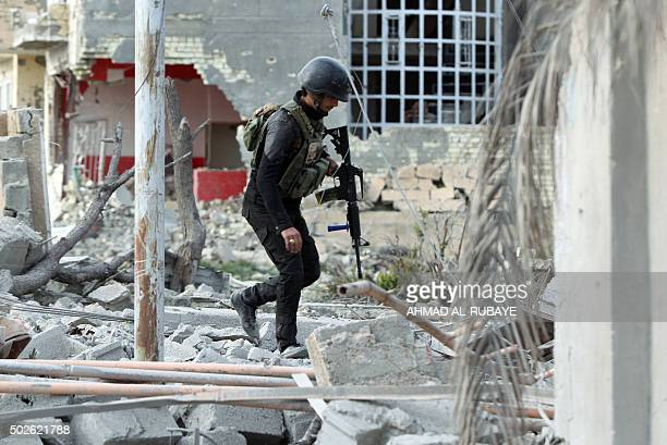 Members of Iraq's elite counterterrorism service secure on December 27 2015 the Hoz neighbourhood in central Ramadi the capital of Iraq's Anbar...