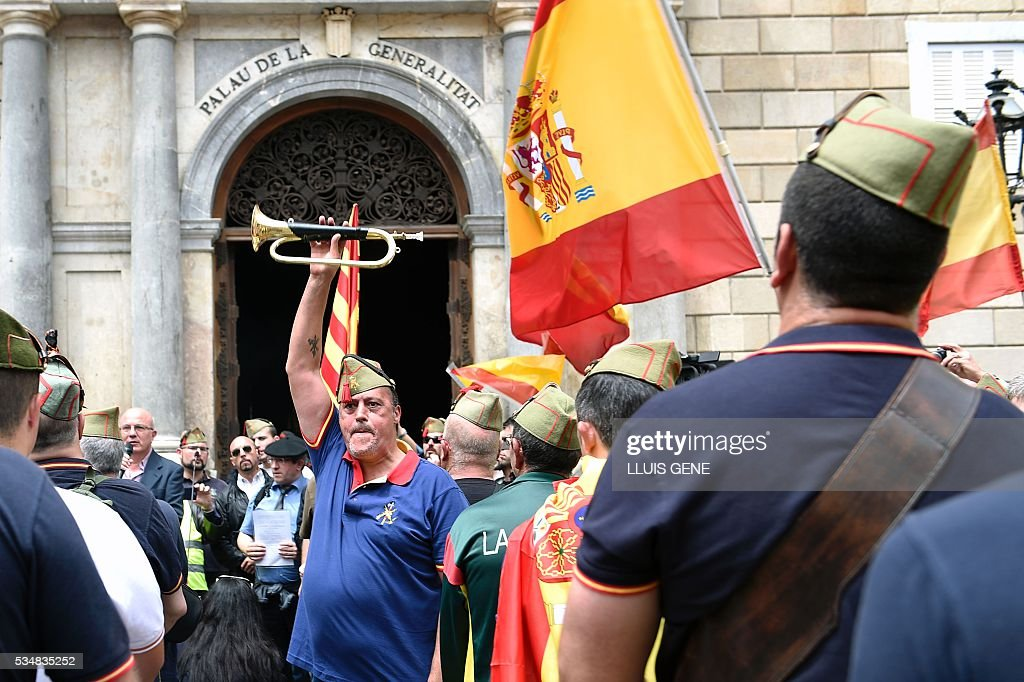Members of 'La Hermandad de Caballeros Legionarios de Barcelona' (Brotherhood of the Knights Legion of Barcelona) demonstrate in support of the Spanish army on May 28, 2016 in Barcelona. / AFP / LLUIS