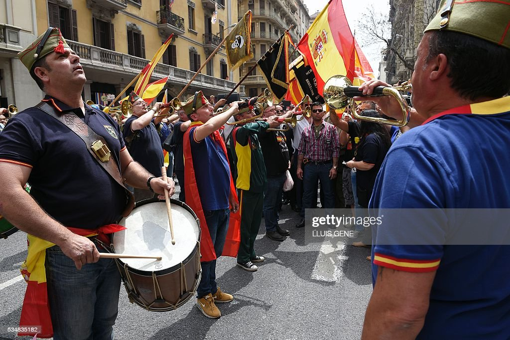 Members of 'La Hermandad de Caballeros Legionarios de Barcelona' (Brotherhood of the Knights Legion of Barcelona) play instruments during a demonstration in support of the Spanish army on May 28, 2016 in Barcelona. / AFP / LLUIS