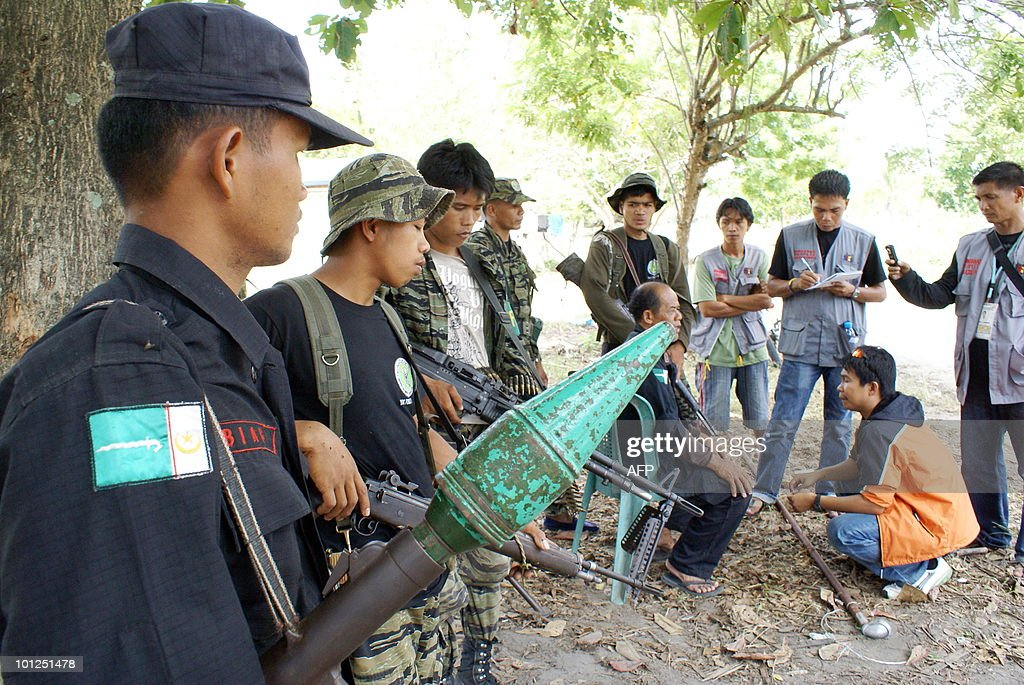 Members of Moro Islamic Liberation Front peacekeeping force (MILF-ITTHAD) (L) welcome members of Bantay Ceasefire Volunteers of Mindanao People's Caucus (BCVMPC) as they investigate the burning of 60 houses as a result of 'rido' or family feud arm confrontation early this week on May 29, 2010 in the town of Sultan sa Barongis, Maguindanao province in the southern island of Mindnanao. The MPC Bantay Ceasefire volunteers and the Civilian Protection Component is a duly recognized by the GRP-MILF panel and the International Monitoring Team. The MILF Peacekeeping force was set up by the central committee aimed at controling warring factions to avoid further bloodshed in the area. Muslim separatist rebels in the southern Philippines said May 28, they were 'disgusted' by President Gloria Arroyo's failure to seal a peace agreement with them after nine years of negotiations. AFP PHOTO/ Cherryl Vergeire