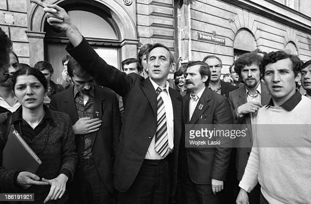 Members of Solidarnosc movement Zbigniew Bujak Bogdan Lis Walesa's bodyguard Henryk Mazul Lech Walesa and Tadeusz Mazowiecki after leaving a court...