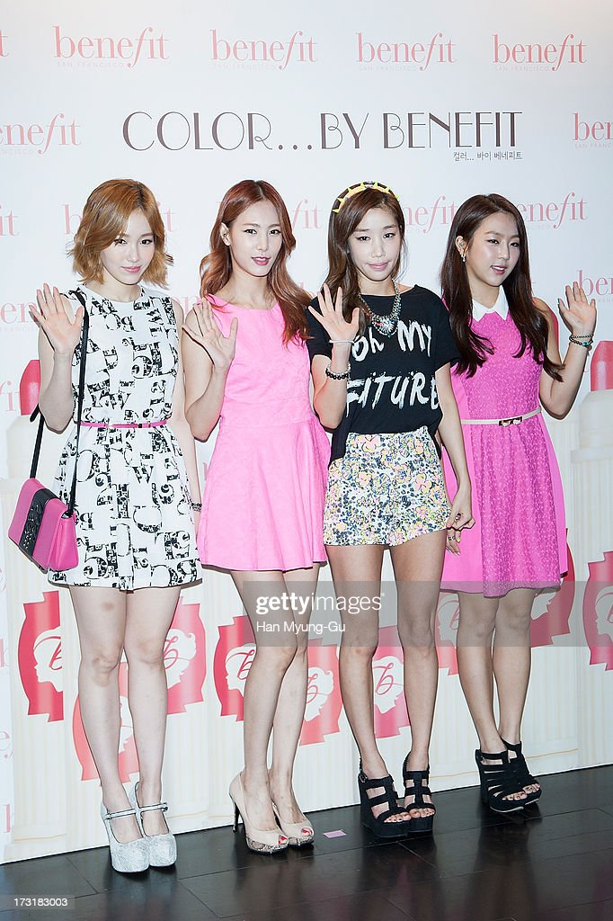 Members of South Korean girl group Jewelry attend the Benefit 'Hydra-Smooth Lip Color' launching party at JNB Gallery on July 9, 2013 in Seoul, South Korea.