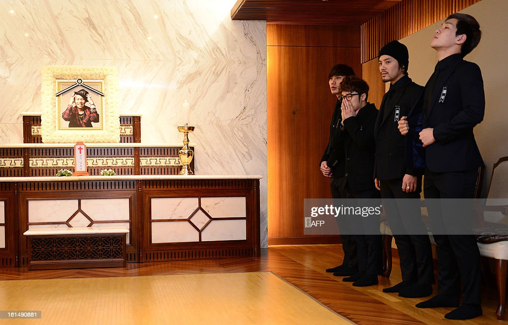 Members of the band Ulala Session bow to mourners at the funeral for their band member Lim Yoon-Taek (in photo, L) in Seoul on February 12, 2013. Lim, the leader of the South Korean band Ulala Session died on February 11 from stomach cancer. REPUBLIC OF KOREA OUT JAPAN OUT AFP PHOTO/STARNEWS