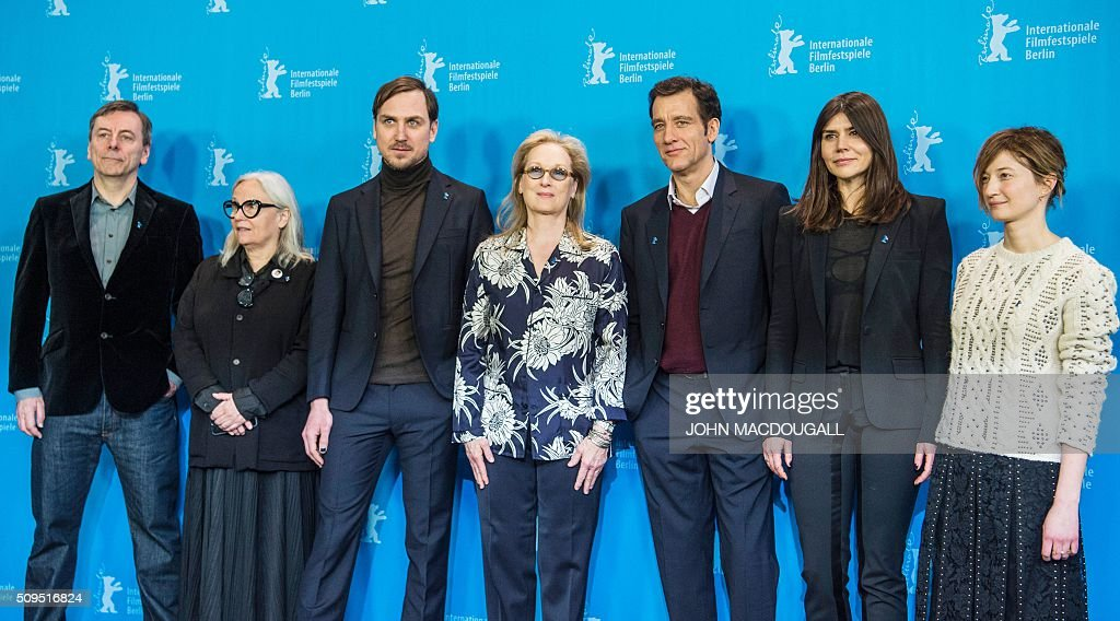 Members of the Berlinale Film Festival jury (L to R) British film critic and jury member Nick James, French photographer and jury member Brigitte Lacombe, German actor and jury member Lars Eidinger, US actress and jury president Meryl Streep, British actor and jury member Clive Owen, Polish film maker and jury member Ma?gorzata Szumowska and Italian actress and jury member Alba Rohrwacher pose during a photocall in Berlin on February 11, 2016. The 66th Berlin film festival starts February 11 with a spotlight on Europe's refugee crisis. / AFP / John MACDOUGALL