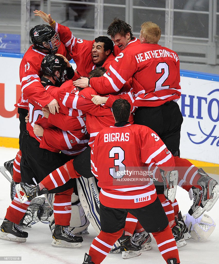 Members of the Canadian team celebrate their 3-2 victiory over team USA during the IIHF U18 International Ice Hockey World Championships final game in Sochi on April 28, 2013. AFP PHOTO / ALEXANDER NEMENOV