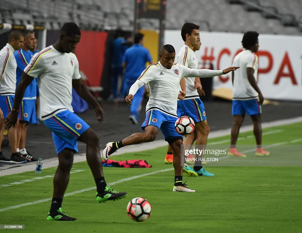 Members of the Colombia team train on the eve of their COPA America 2016 3rd place final soccer match against the US at the University of Phoenix Stadium in Phoenix, Arizona on June 24, 2016. / AFP / Mark Ralston
