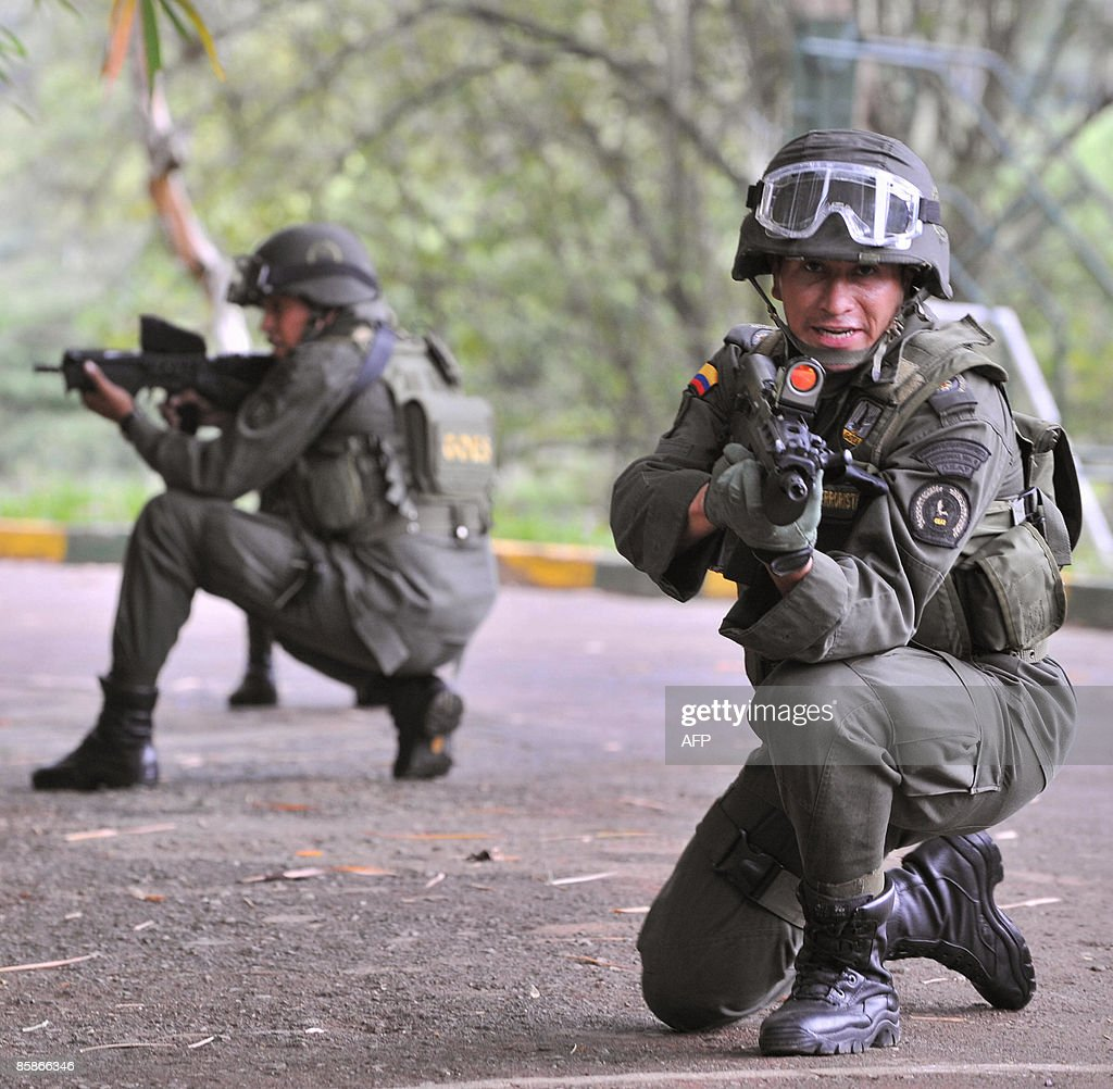 Colombia - Página 20 Members-of-the-colombian-polices-special-operations-group-aim-their-picture-id85866346