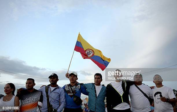 TOPSHOT Members of the Colombian Revolutionary Armed Forces of Colombia guerrilla attend the broadcasting of the signing of the peace at El Diamante...
