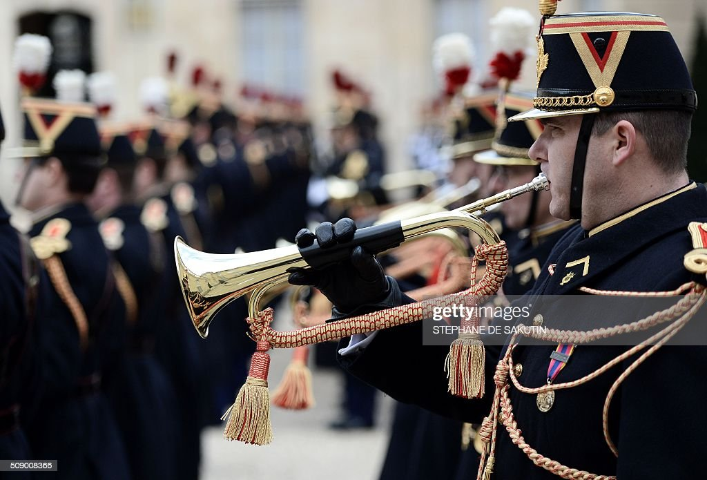 Members of the French Republican Guard perform for the departure of Benin's president at the Elysee Presidential Palace in Paris on February 8, 2016. / AFP / STEPHANE DE SAKUTIN