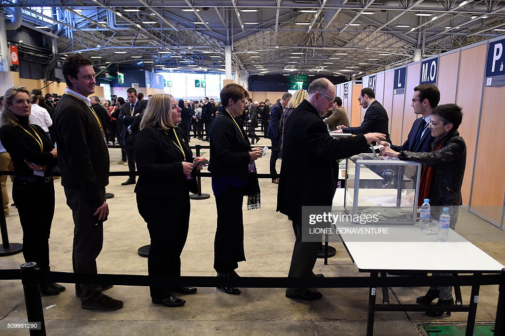Members of the French right-wing Les Republicains (LR) party queue to vote on February 13, 2016 in Paris, during the LR National Council. AFP PHOTO / LIONEL BONAVENTURE / AFP / LIONEL BONAVENTURE