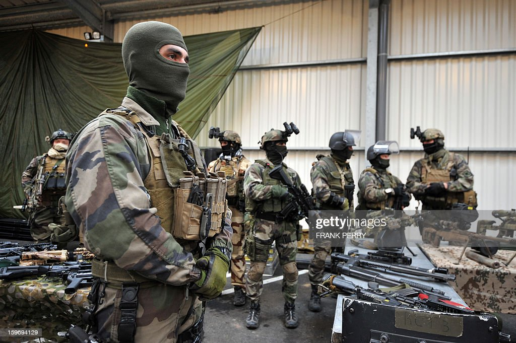 Members of the French special forces in battle dress wait for French Defence Minister prior to his visit to a sniper commando base on January 18, 2013 in the northwestern French town of Lanester. AFP PHOTO / FRANK PERRY