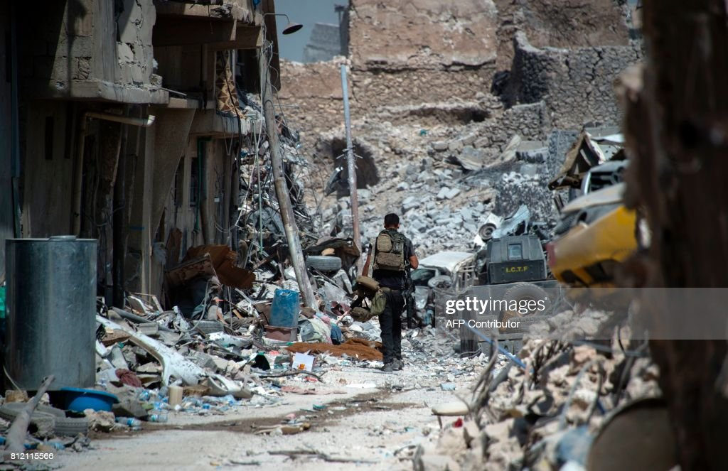 TOPSHOT - Members of the Iraqi forces in the Old City of Mosul on July 10, 2017, during the offensive to retake the embattled city from Islamic State (IS) group fighters. SENNA