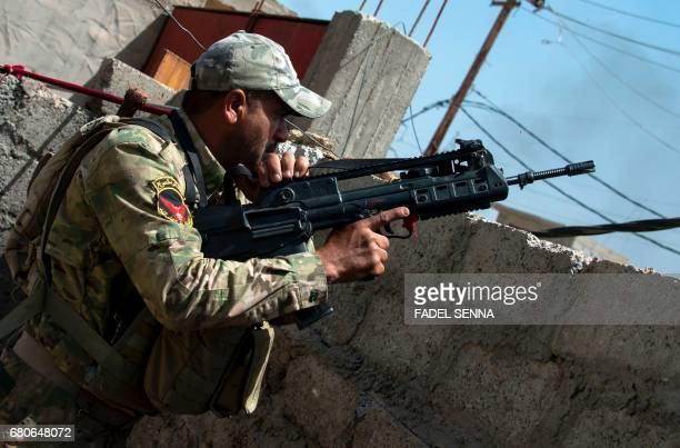 Members of the Iraqi forces takes position in the northwestern AlHaramat neighbourhood of Mosul on May 9 2017 during an ongoing offensive to retake...