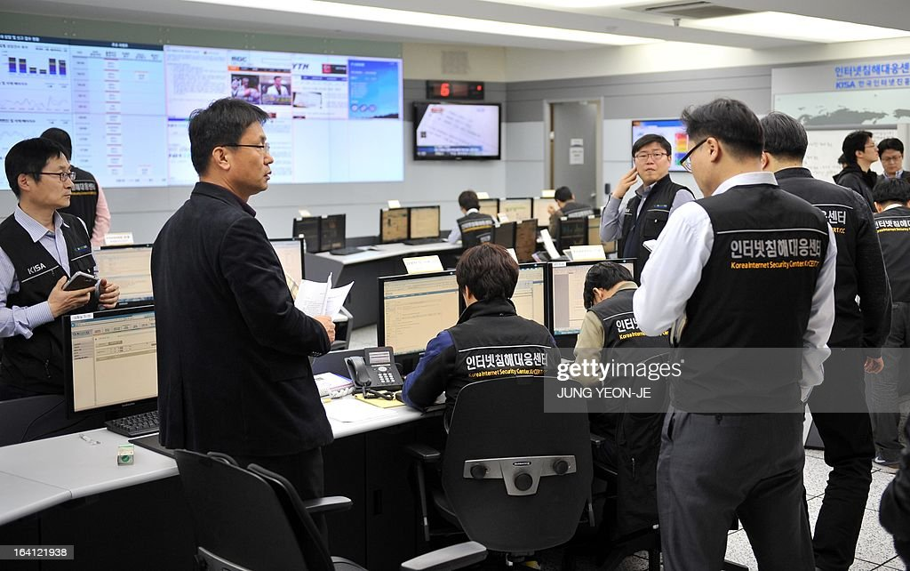 Members of the Korea Internet Security Agency (KISA) check on cyber attacks at a briefing room of KISA in Seoul on March 20, 2013. The South Korean military raised its cyber attack warning level on March 20 after computer networks crashed at major TV broadcasters and banks, with initial suspicions focused on North Korea. AFP PHOTO / JUNG YEON-JE