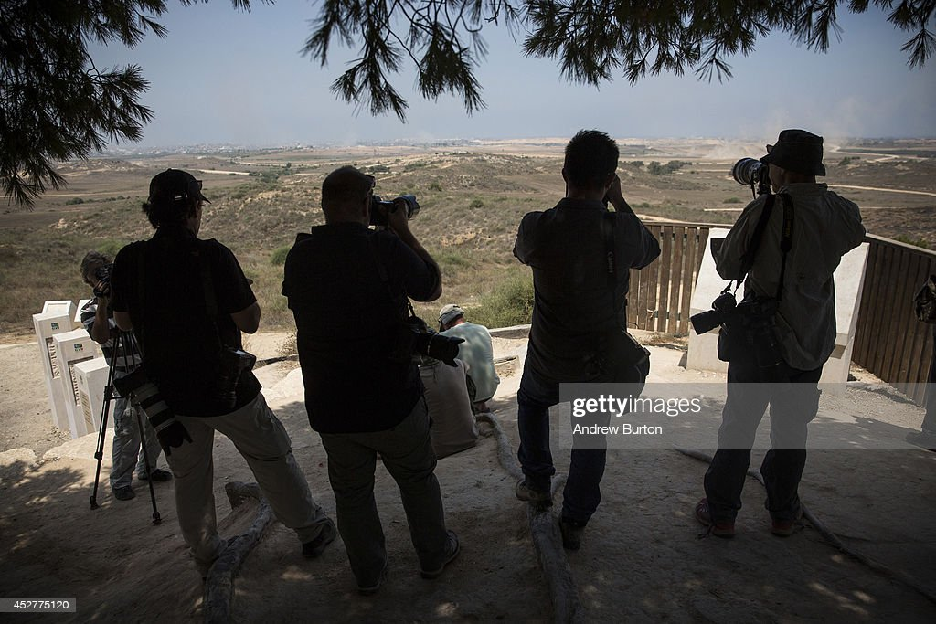 Members of the media and civilians watch renewed Israeli strikes in Gaza after a ceasefire failed on July 27, 2014 near Sderot, Israel. 42 Israeli soldiers and over 1,000 Palestinians have been killed as the Israeli operation 'Protective Edge' nears three weeks.