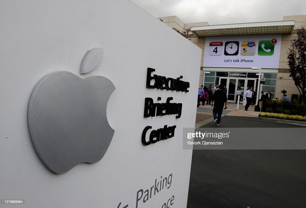 Members of the media gather after the event introducing the new iPhone 4s at the company's headquarters October 4 2011 in Cupertino California The...