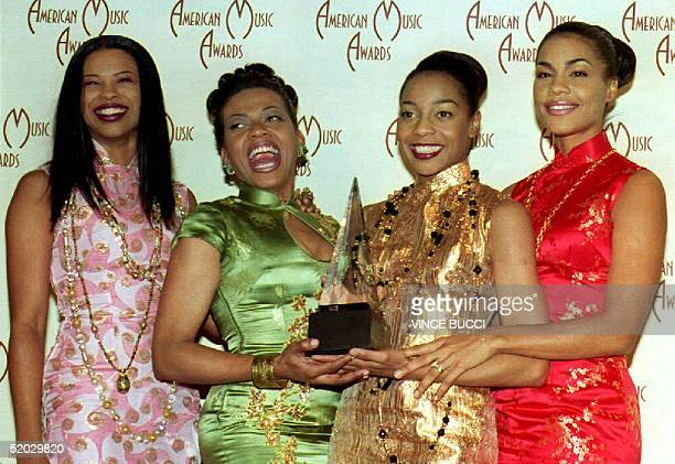 Members of the musical group 'En Vogue' Dawn Robinson Maxine Jones Terry Ellis and Cindy Herron hold their trophy 25 January 1993 at the American...