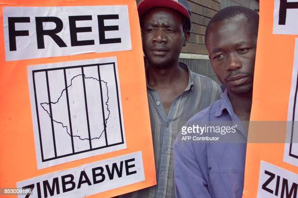 Members of the NCA of Zimbabwe demonstrate outside a Harare court 03 April 2000 while waiting for the release of the five antigovernment activists...