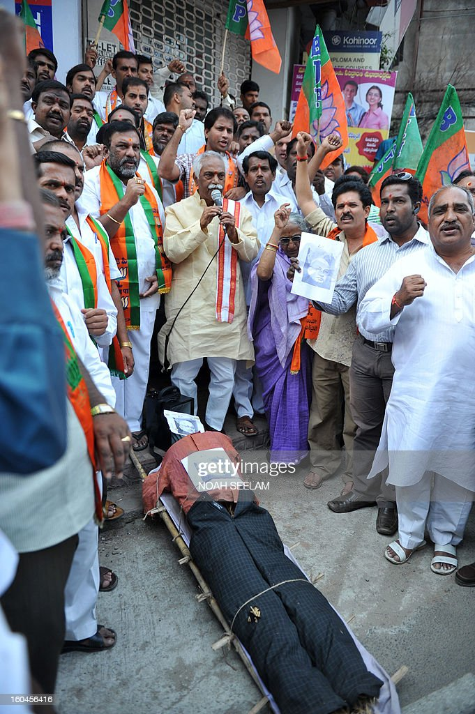 Members of the opposition Bharatiya Janata Party (BJP) surround an effigy representing Central Home Minister Susheel Kumar Shinde during their protest demanding a seperate state of Telangana in Hyderabad on February 1, 2013. The BJP demanded the UPA government announce statehood for Telangana in the southern state of Andhra Pradesh. AFP PHOTO / Noah SEELAM