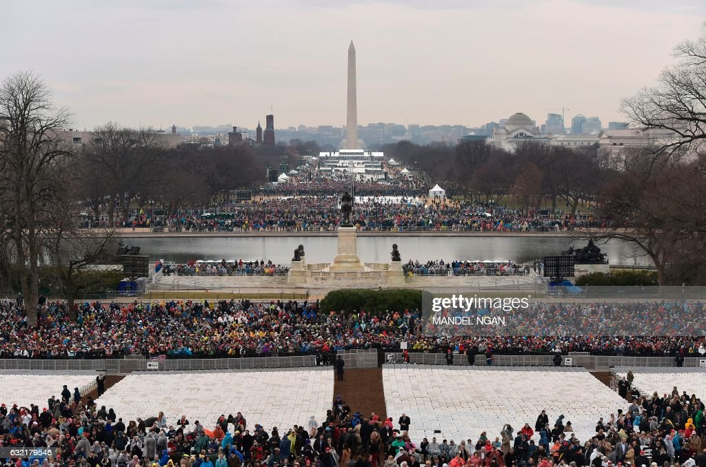 TOPSHOT - Members of the public arrive on the Mall in Washington, DC, on January 20, 2017, before the swearing-in ceremony of US President-elect Donald Trump. / AFP PHOTO / Mandel NGAN