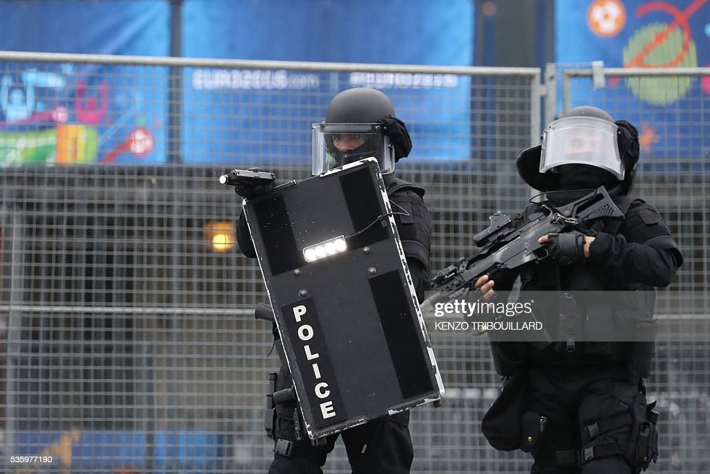 Members of the Raid special intervention unit of the French police take part in a terrorist attack mock exercise on May 31, 2016 near the Stade de France in Saint-Denis, France. France said on May 25 it will deploy more than 90,000 police and security guards for Euro 2016, vowing to do 'everything possible to avoid a terrorist attack' during the football tournament that starts next month. / AFP / KENZO