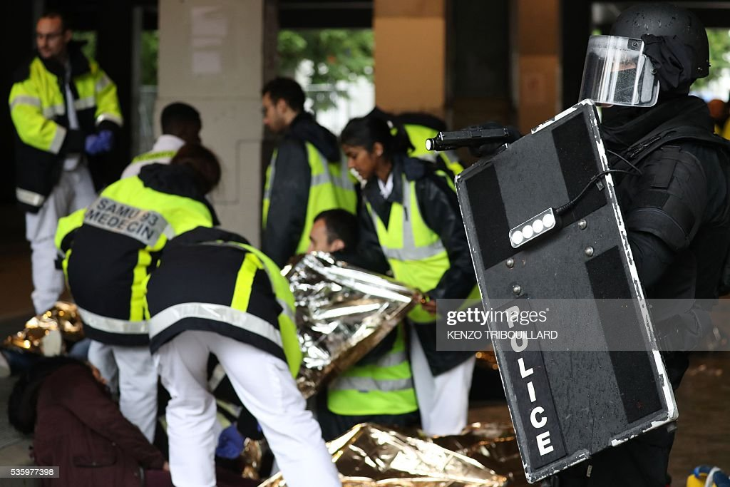 Members of the Raid special intervention unit of the French police and firemen take part in a terrorist attack mock exercise on May 31, 2016 near the Stade de France in Saint-Denis, France. France said on May 25 it will deploy more than 90,000 police and security guards for Euro 2016, vowing to do 'everything possible to avoid a terrorist attack' during the football tournament that starts next month. / AFP / KENZO