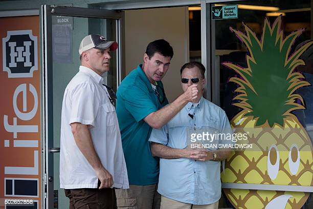 Members of the Secret Service prepare for US President Barack Obama's departure from Island Snow during a stop for shaved ice after a visit to the...