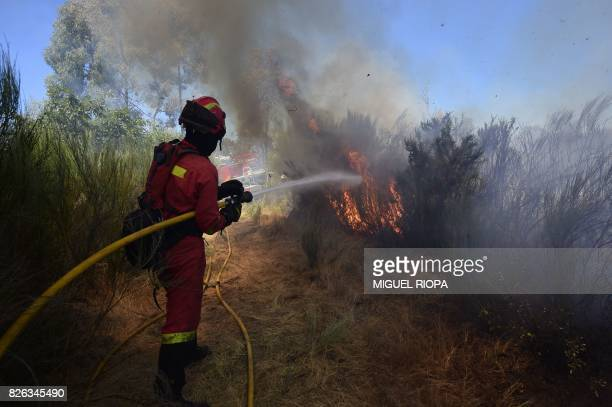 TOPSHOT Members of the UME fight a wildfire in Vilardevos northwestern Spain on August 4 2017 / AFP PHOTO / MIGUEL RIOPA