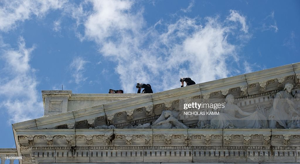 Members of the US Secret Service keep watch from the roof of the US Capitol before US President Barack Obama and Irish Prime Minister Enda Kenny leave thre building following the Friends of Ireland luncheon in Washington on March 19, 2013. AFP PHOTO/Nicholas KAMM