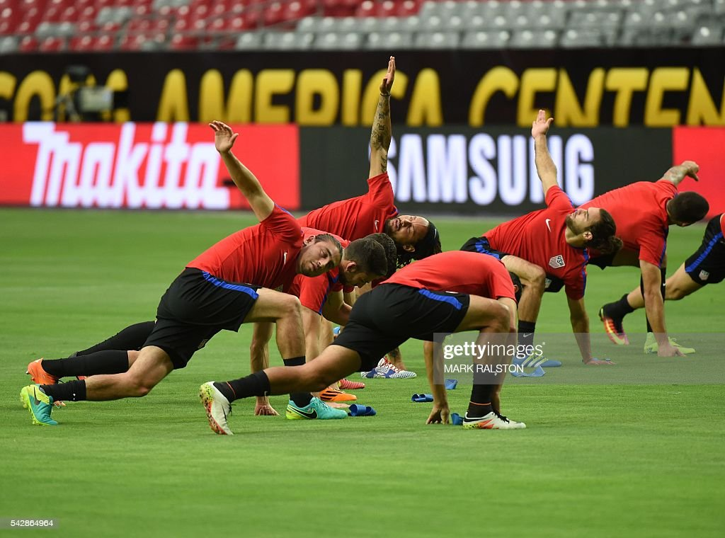 Members of the US team train on the eve of their COPA America 2016 3rd place final soccer match against Colombia at the University of Phoenix Stadium in Phoenix, Arizona on June 24, 2016. / AFP / Mark Ralston