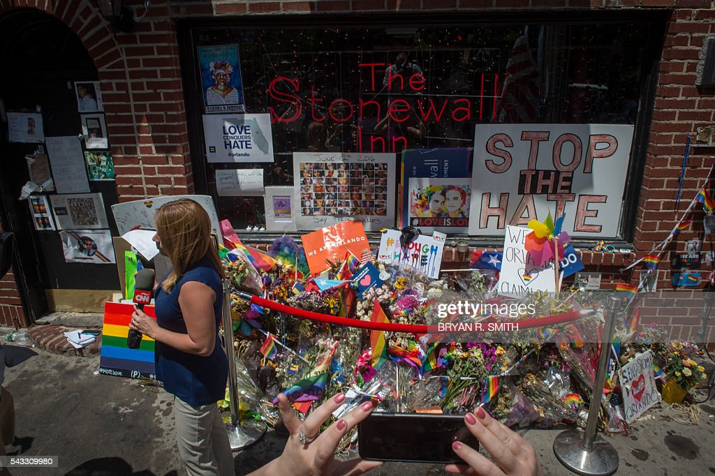 A memorial is seen at the Stonewall Inn as Mayor Bill de Blasio joins elected officials, advocates and New Yorkers in designating Stonewall Inn a National Monument, on June 27, 2016 in New York. / AFP / Bryan R. Smith