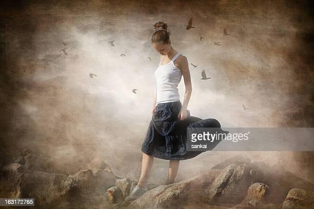 Memories.Young 女性の上に立つ巨大な岩がございます。