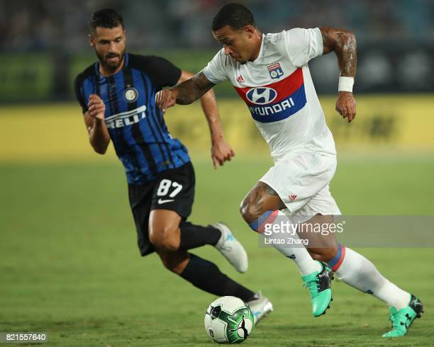 Memphis Depay of Olympique Lyonnais competes for the ball with Antonio Candreva of FC Internationale during the 2017 International Champions Cup...