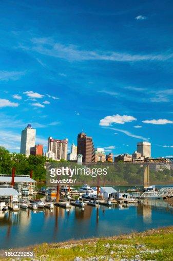 メンフィスの街並み、川、ボート(垂直)