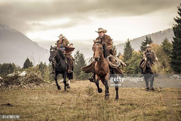 Hommes et femme profitant d'équitation