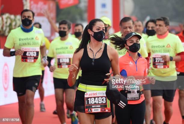 Men and women wear face mask as they take part in the Airtel Delhi Half Marathon 2017 in New Delhi on November 19 2017 / AFP PHOTO / SAJJAD HUSSAIN