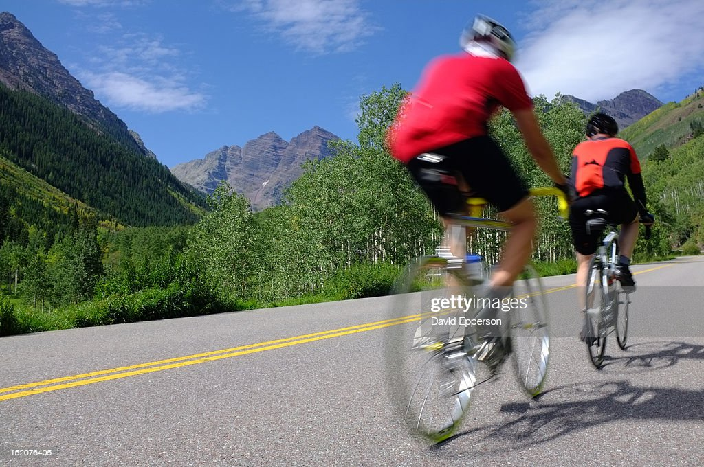 Men bicycling to Maroon-Bells : Stock Photo