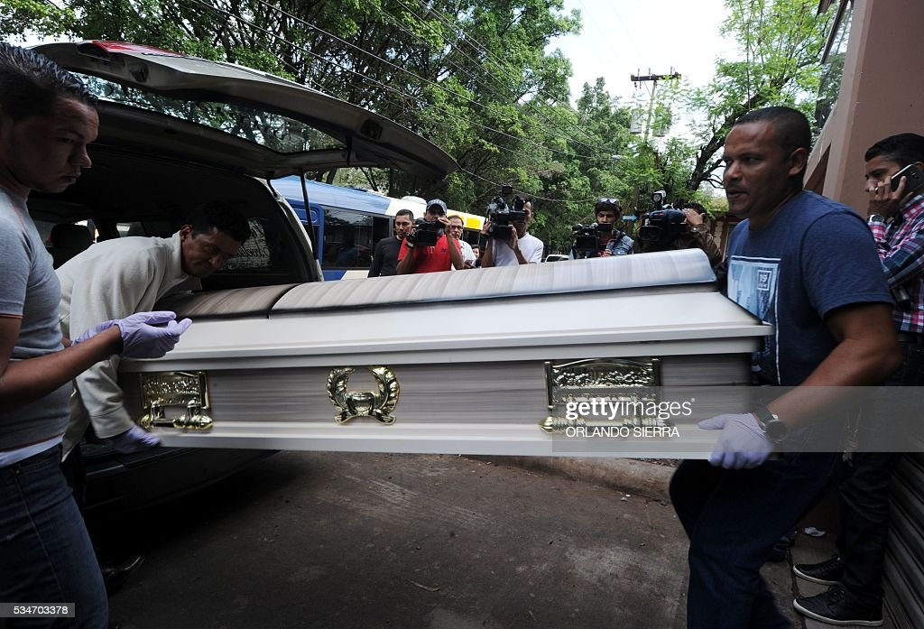 Men carry the coffin of Honduran reggaeton singer Christopher Pérez, known as Da Play, who was shot and killed in Tegucigalpa on May 27, 2016 as he was leaving a gym. Perez's murder occurred during a visit by United Nations Special Rapporteur on extrajudicial, summary or arbitrary executions Cristof Heyns, in Honduras to assess the level of protection of the right to life. / AFP / ORLANDO