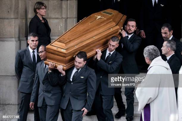 Men carry the coffin of the deceased during the Liliane Bettencourt's funeral organized at the Saint Pierre Church on September 26 2017 in...