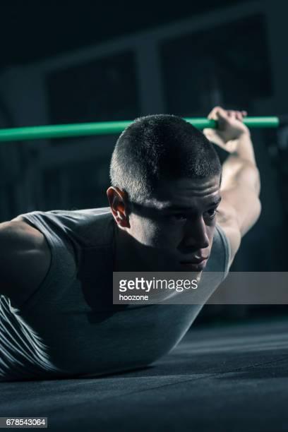 Hommes faisant des squats avec bar au gymnase