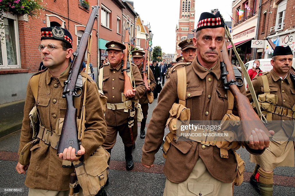 Men dressed as WW1 Scottish soldiers during a ceremony to commemorate the centenary of the battle of the Somme, one of the deadliest of the World War I (1.2 million killed, missing and wounded in five months), on June 30, 2016 in Albert, northern France. / AFP / FRANCOIS
