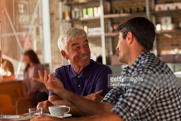 Homem beber café juntos num café