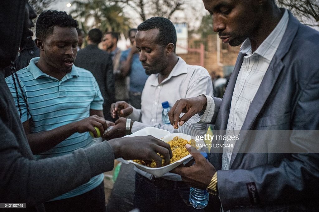 Men from Somalia break the fast at a mosque in Pretoria West, on June 26, 2016. Muslims throughout the world are marking the month of Ramadan, the holiest month in the Islamic calendar, during which devotees fast from dawn until dusk. / AFP / MARCO