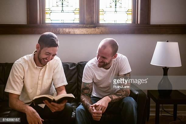Hombres con Biblia del estudio