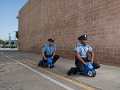 Männer in Polizei-Uniformen auf Spielzeug Motorrad