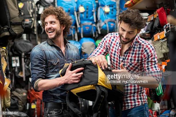 Männer, die in Rucksäcken in-store