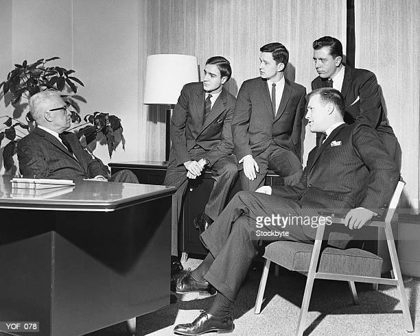 Männer, die in die Gruppe in den Meetingräumen